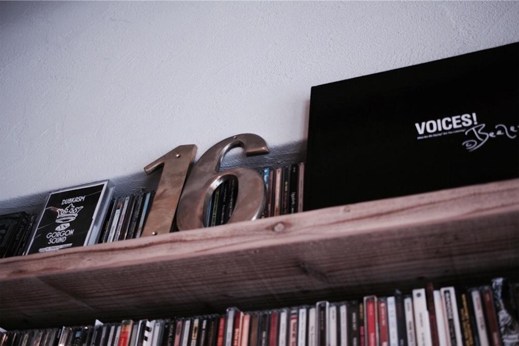 足場板の飾り棚に置いたBeezerの写真集