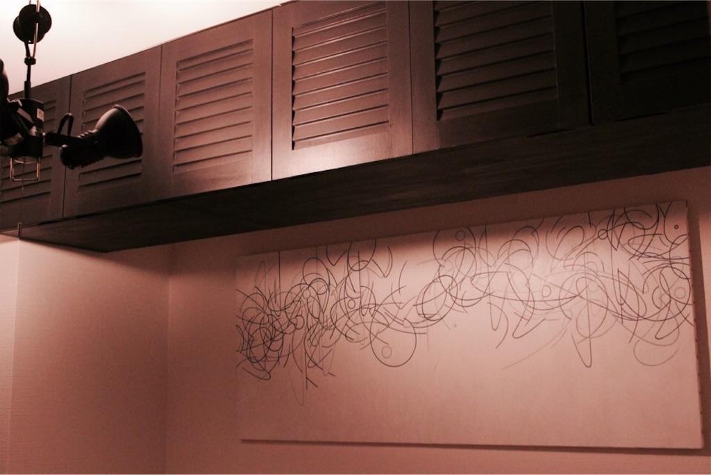 ブラックの吊り戸棚をポイントにした寝室