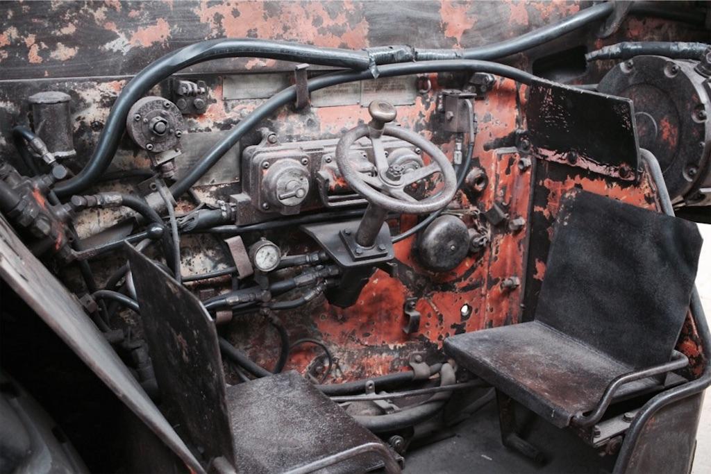 自走枠整備工場に置かれたロードヘッダーの運転席