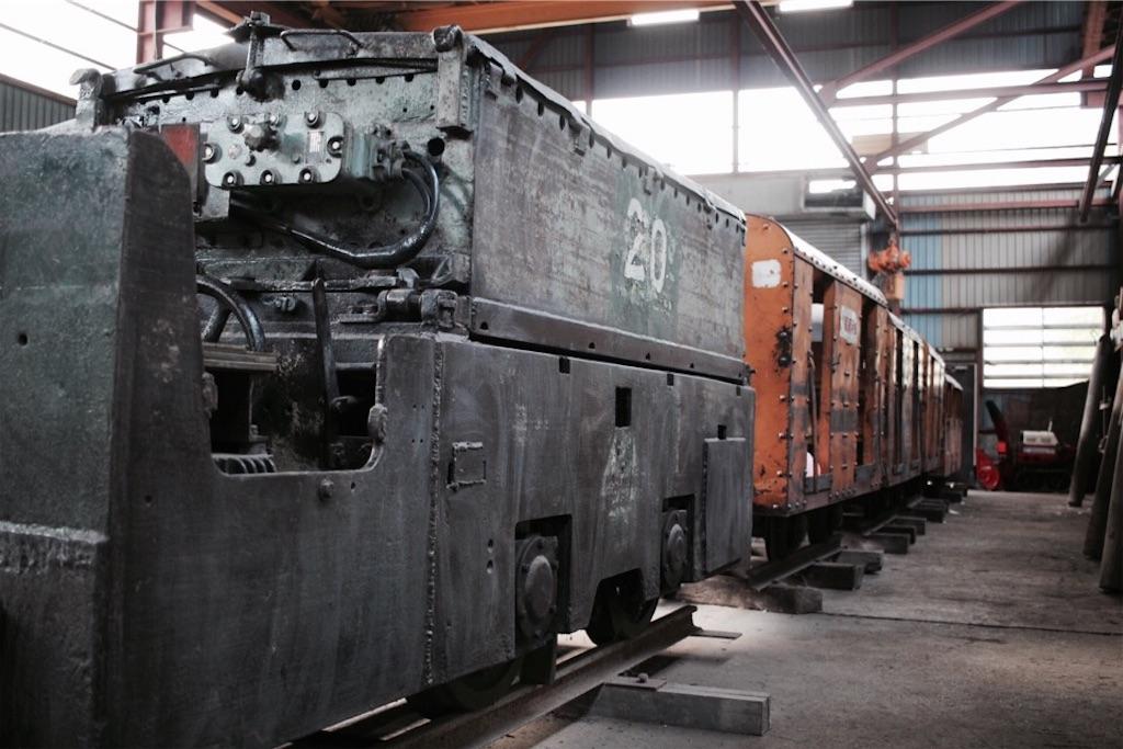 自走枠整備工場に置かれた貨車