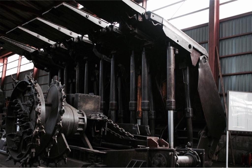 自走枠整備工場に置かれた大きな重機