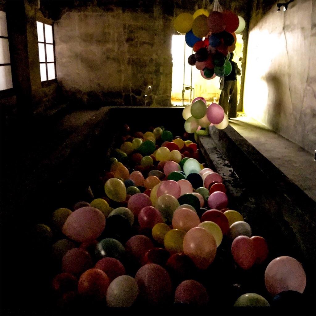 旧住友赤平炭鉱抗口浴場の浴槽に入れられた風船