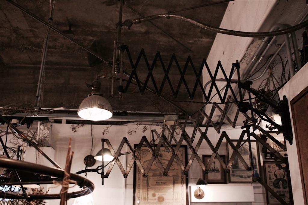 アンティーク(ヴィンテージ)ランプもたくさんある『ある日』の店内