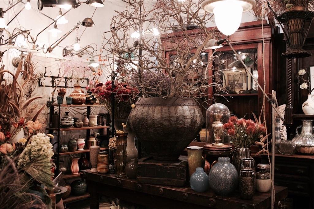 ドライフラワー専門店『ある日』に並ぶたくさんの花器