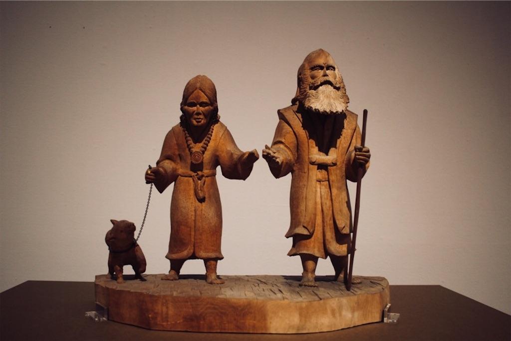 藤戸竹喜さんによるエカシとフチの木彫り