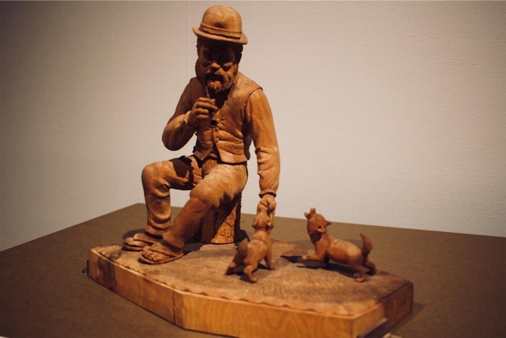 藤戸竹喜さんによるアイヌ人と犬の木彫り