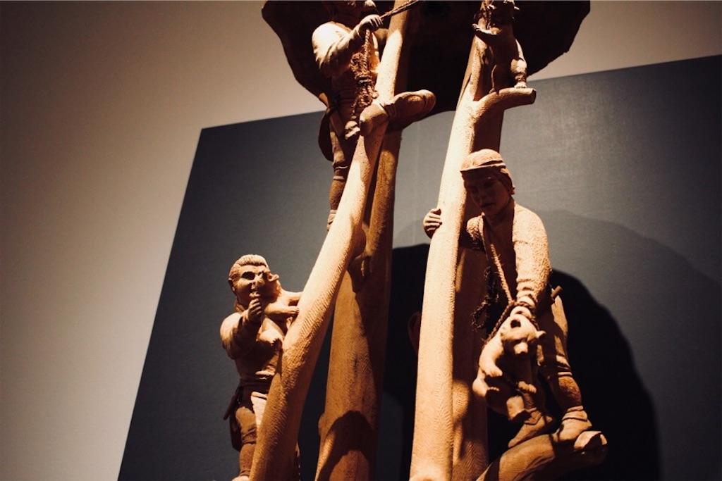 木彫作家・藤戸竹喜さんによるアイヌの人々と熊の木彫り