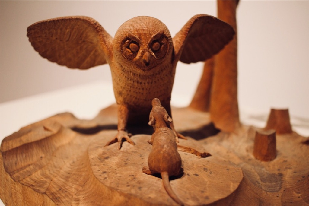藤戸竹喜さんによるフクロウとネズミの木彫り