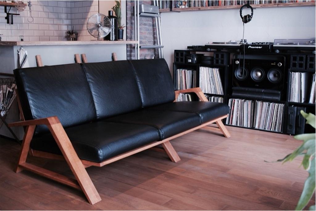 ダイニングスペースに置いた大きなソファ