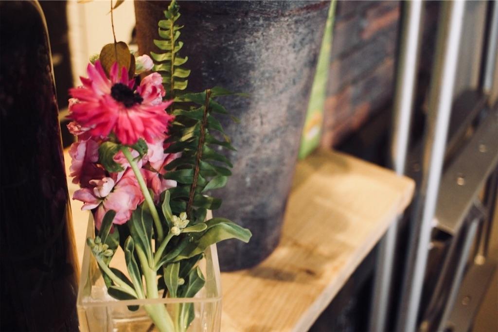 シャビーな空間に映えるBloomee LIFE(ブルーミーライフ)のお花
