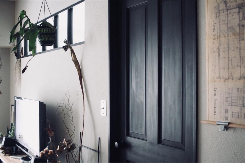 ゼオライトの塗り壁に映える室内窓と無垢のドア