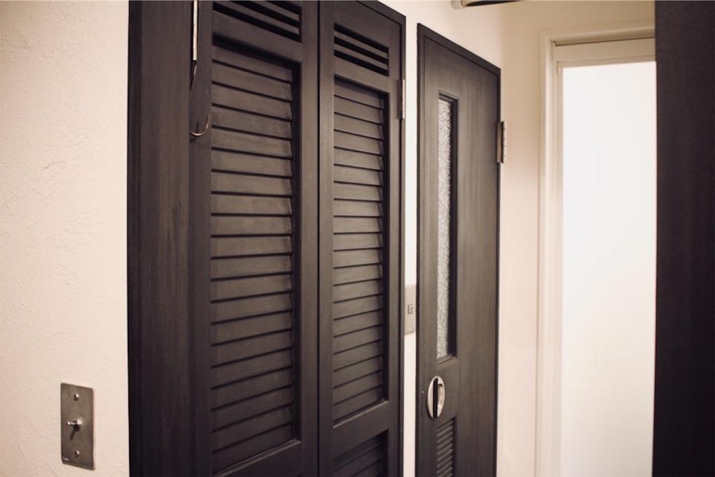 チョークペイントで塗装した既存のドア