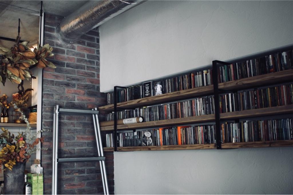 リノベーションで造作したアイアンと足場板のCD収納棚