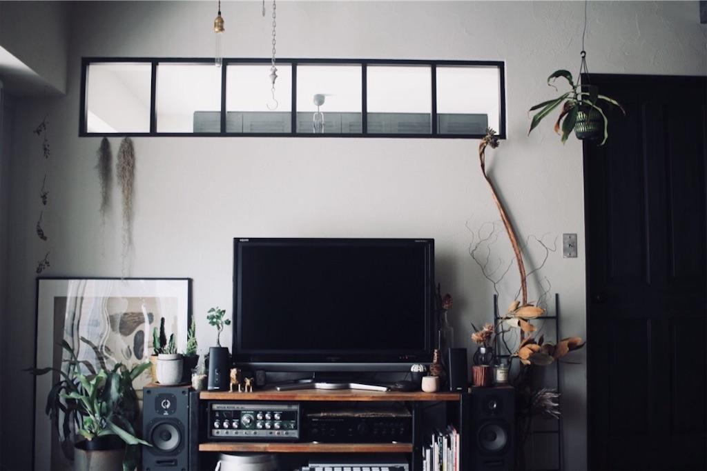 リノベーションでリビングに造作した室内窓とリビングインテリア
