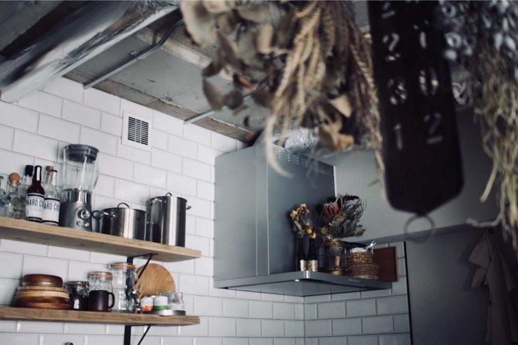 サブウェイタイルのキッチンと足場板で造作した飾り棚