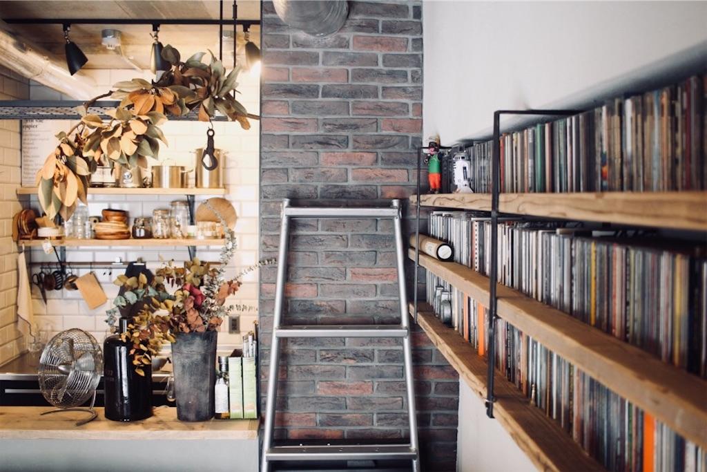 足場板で造作したCD収納用の飾り棚