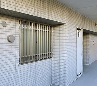 マンションの共用廊下・通路側に面した窓