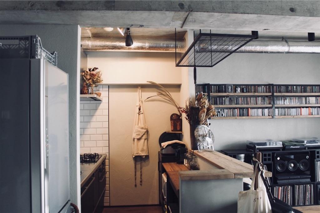 リビングからから見えないようキッチンカウンター下に設けた収納スペース