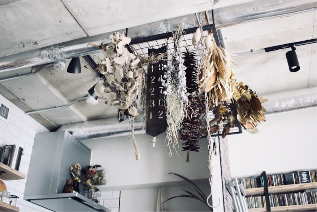 天井から吊るしたアイアンラック