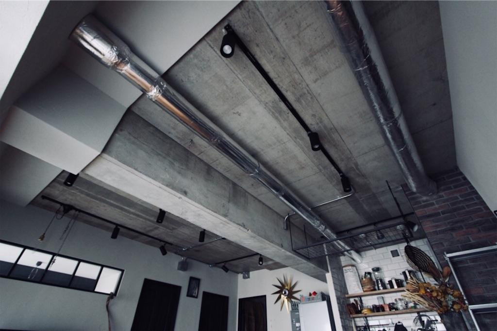 リノベーションで現しにしたコンクリート天井