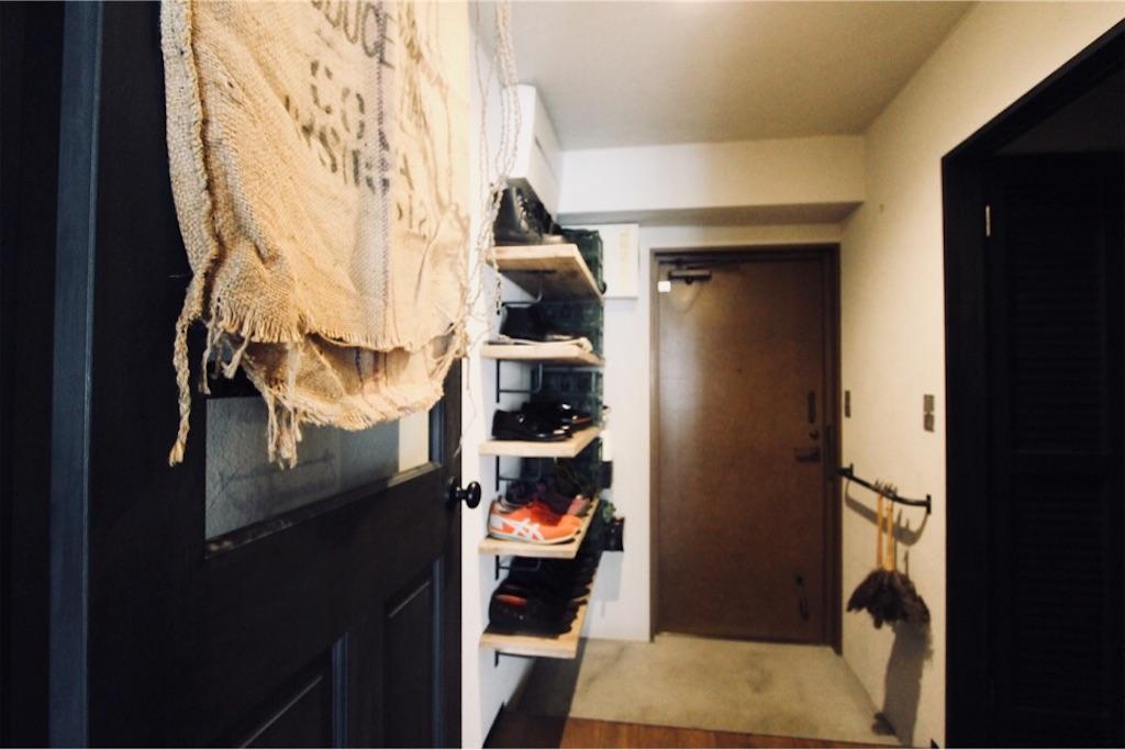 足場板やアイアン&モルタルで異素材ミックスな玄関