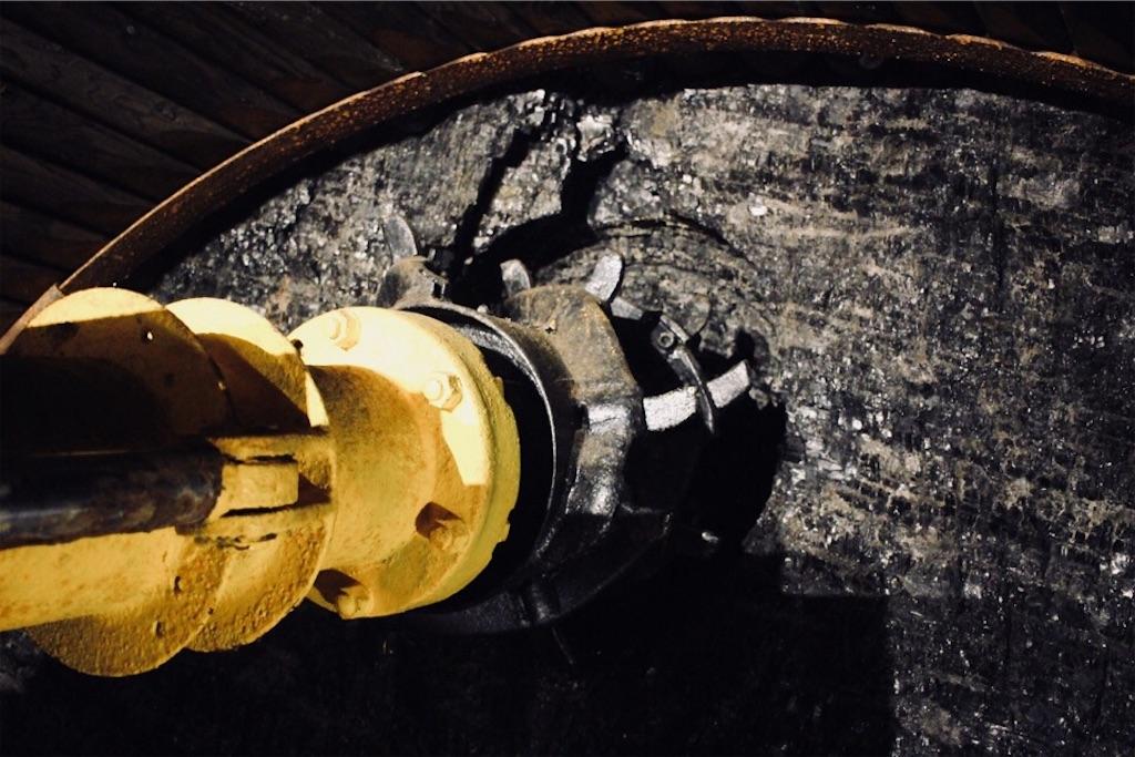 夕張市石炭博物館にある本物の石炭層と掘削機械