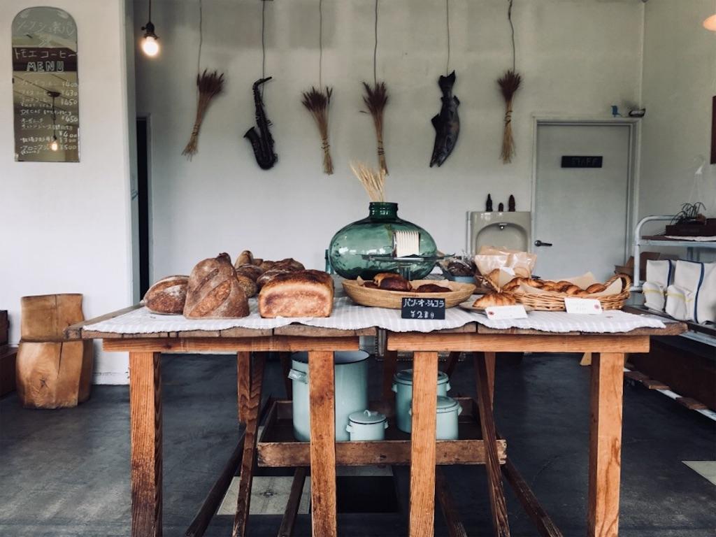 ソーケシュ製パン × トモエコーヒーの店内