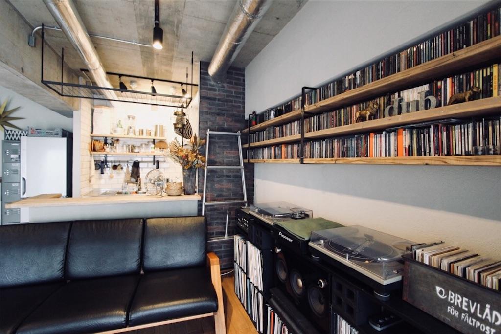 リノベーションでアイアンラックを造作したキッチンの表し天井