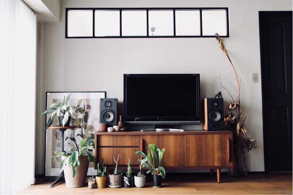 室内窓と塗り壁に映えるLOWYAのテレビボード