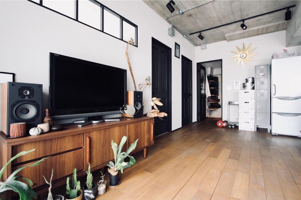 塗り壁に室内窓が映えるリノベーション後のリビング