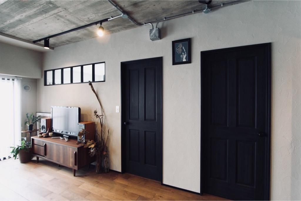 塗り壁に映える無垢ドア