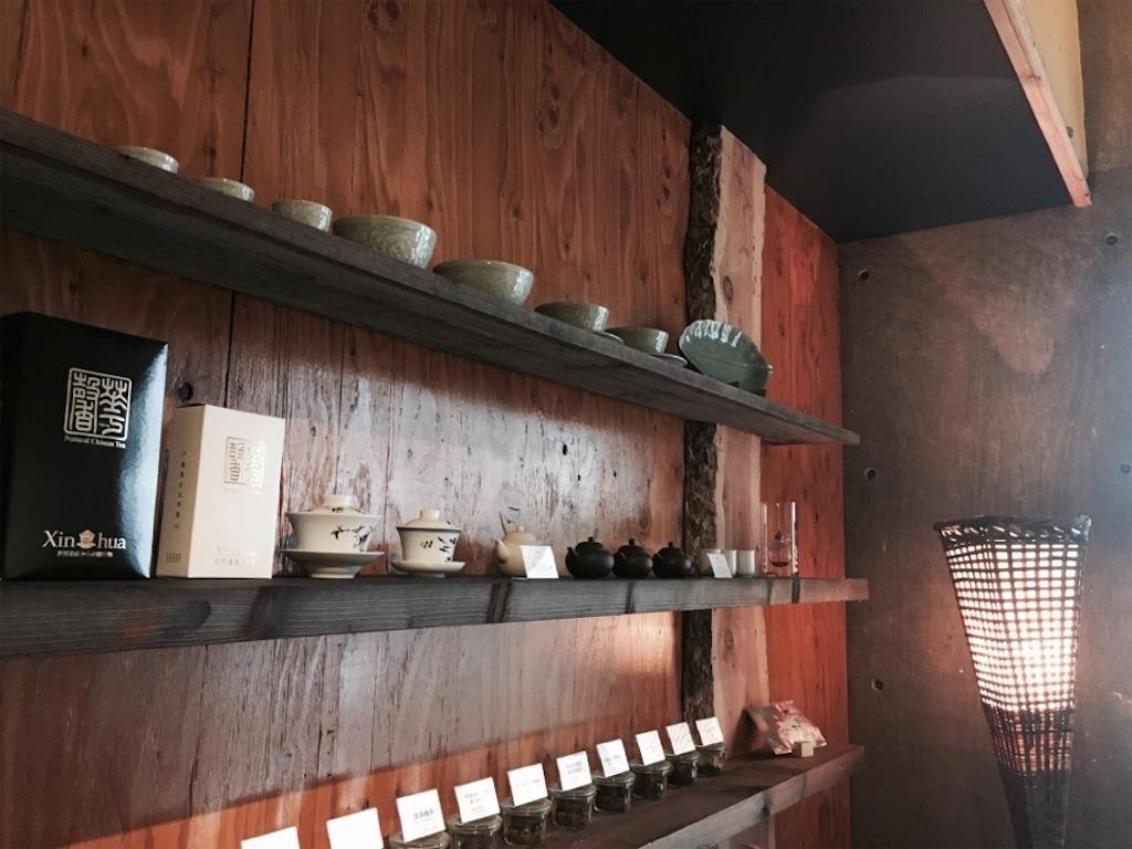 シノワズリーな茶舗茶問の店内