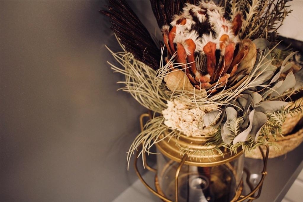 真鍮ランプに飾ったドライフラワーのスワッグ