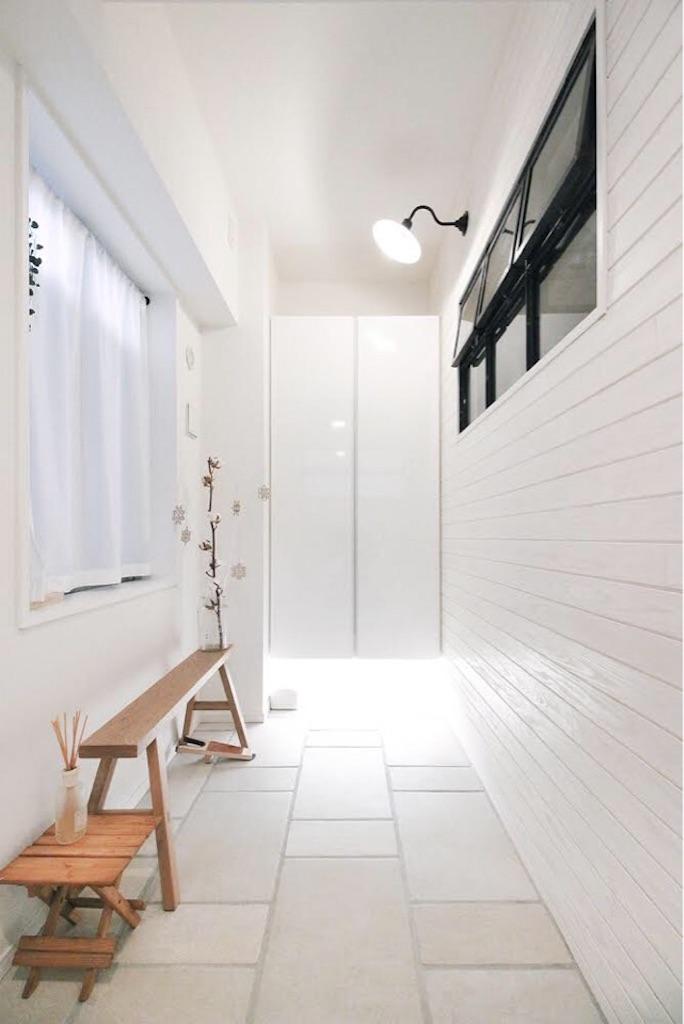 白で統一されたリノベーション後の玄関