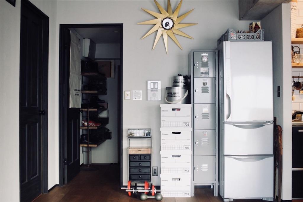壁付けキッチンと同じ並びに配置した冷蔵庫