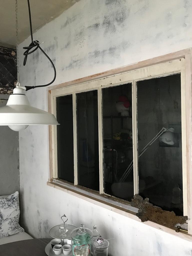 室内窓のあるダイニング