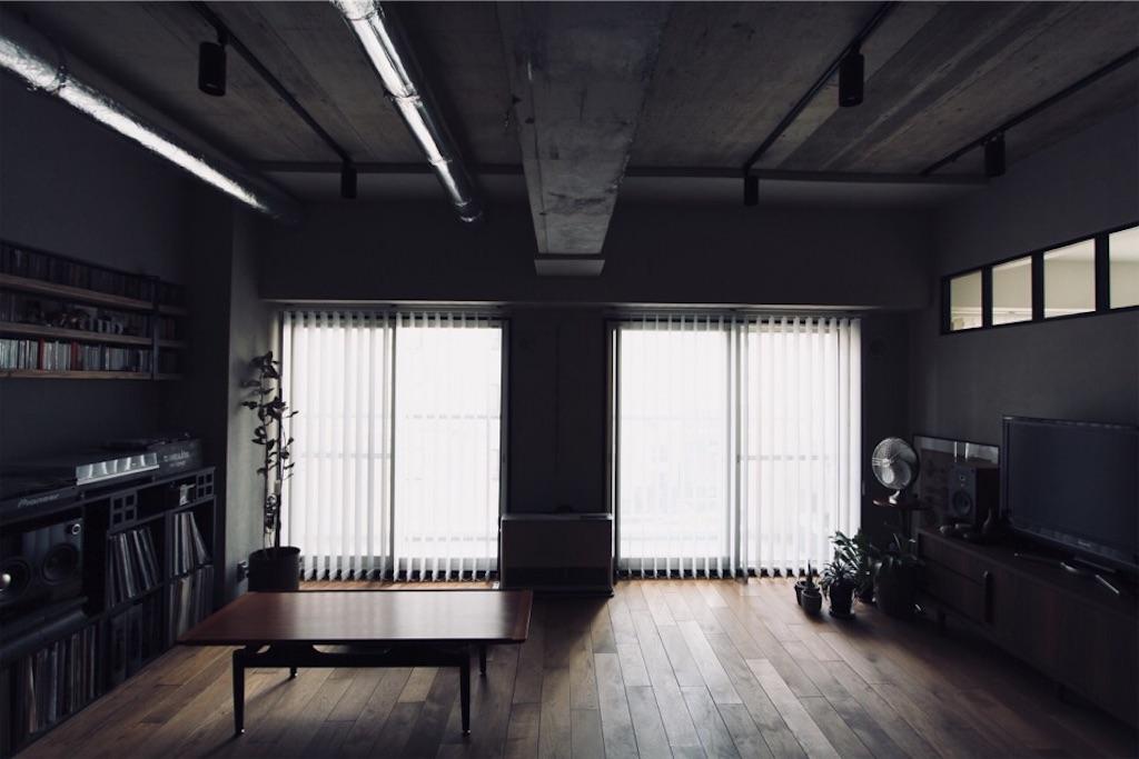 リノベーションで現し(表し)にしたリビングのコンクリート天井