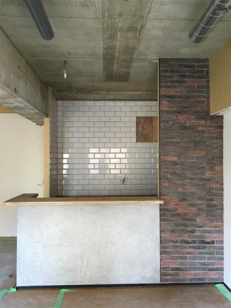 サブウェイタイルが貼られたキッチンの壁