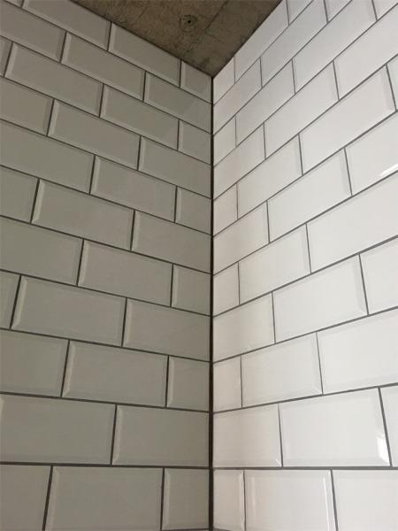 リノベーションでサブウェイタイルを貼ったキッチンの壁・目地はグレー