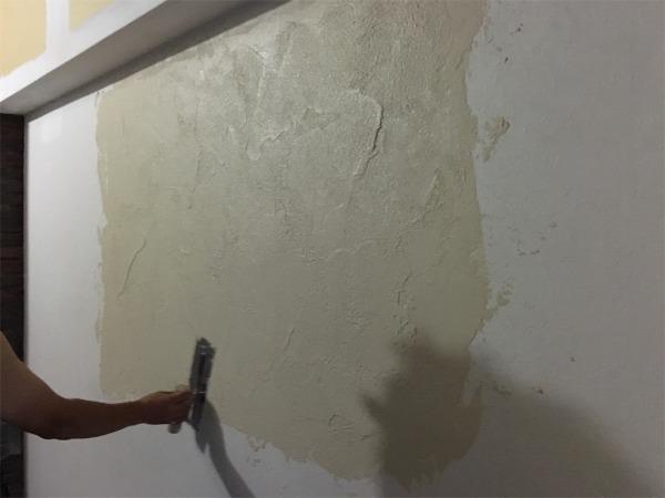 職人さんがゼオライトを試し塗りする様子