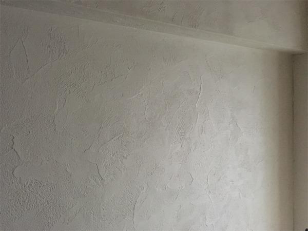 ゼオライトで動きのある塗り方をしたリビングの壁