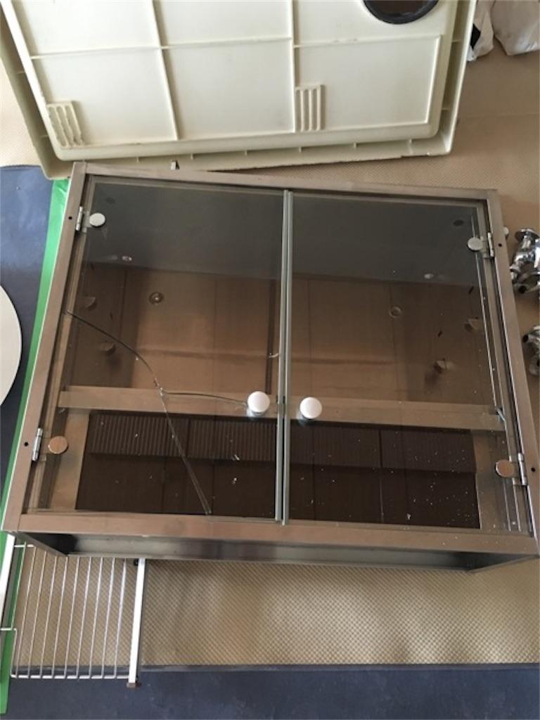 ガラスにヒビが入ったステンレスの収納棚