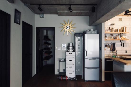 キッチン横の冷蔵庫とロッカー収納