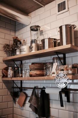 キッチンのサブウェイタイル&足場板の飾り棚