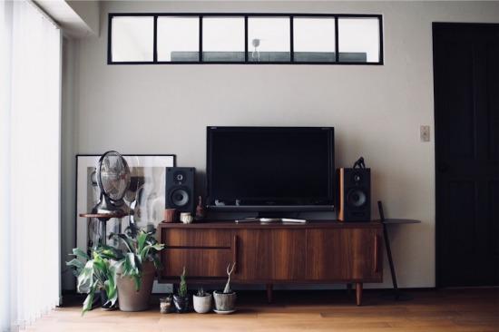 リノベーションで取り入れた室内窓とテレビボードまわりのインテリア
