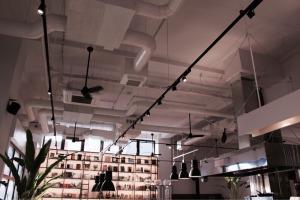 高い天井とインダストリアルな雰囲気のMORIHICO. STAY & COFFEE