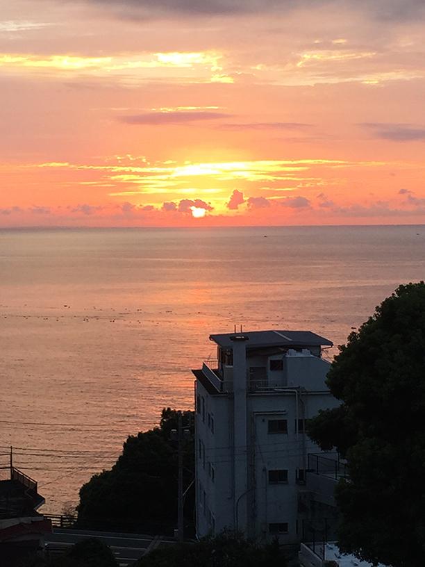 夜明けの熱海の海の画像
