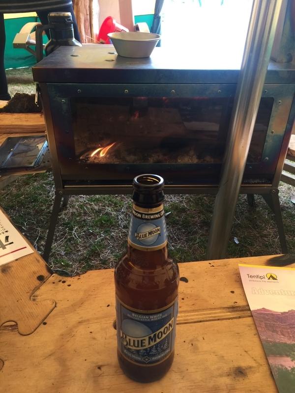 薪ストーブで温まりながらビール飲む