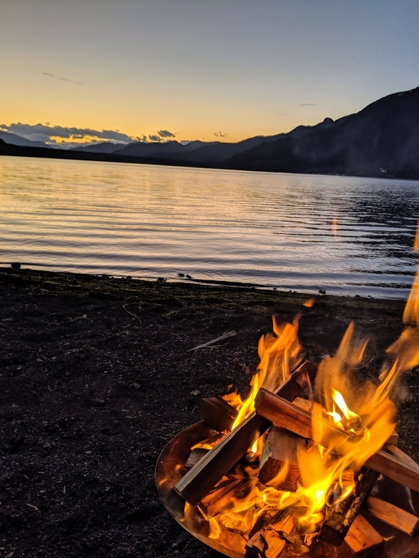 西湖の湖畔で焚き火