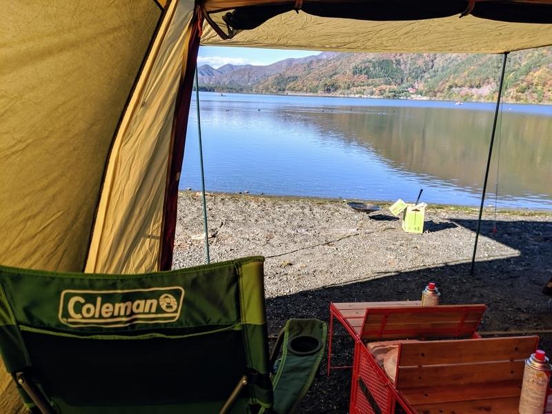 テントから西湖を眺める